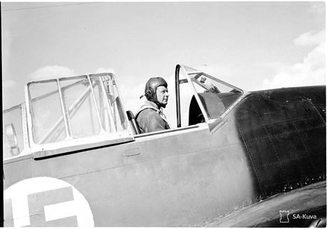 """""""Eka"""" Magnusson Brewster-hävittäjän ohjaamossa heinäkuussa 1941."""