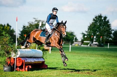 Emmi Tapio ja Evyta ovat käyneet vasta kaksissa kilpailuissa. Kuva Puolan Strzegomista lokakuulta 2020, joka oli ratsukon ensimmäinen yhteinen kansainvälinen startti.