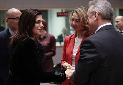 Unkarin Eurooppa-ministeri Judit Varga (vas.) ja puheenjohtajamaa Suomen Eurooppa-ministeri Tytti Tuppurainen keskustelivat Brysselin kokouksessa.
