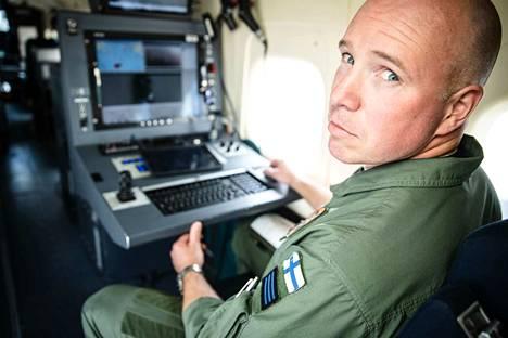 """Vastaava operaattori Kristian Johansson kertoo, että talviaikaan Itämerellä joudutaan pilvien vuoksi lentämään usein hyvin matalalla. """"Talvimyrskyssä lentäessä saa kestää turbulenssia"""", Johansson sanoo."""