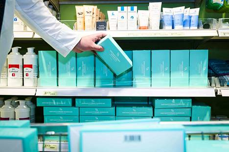 Kasvomaskeja oli torstaina runsaasti myynnissä muun muassa Tampereen Hämeenkadulla sijaitsevassa apteekissa.