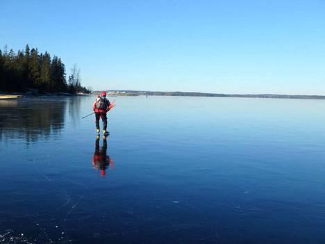 Näsijärven luisteluolosuhteet ovat nyt poikkeuksellisen hienot kun jää sinne viimein saatiin. Pekka Tyllilä merkkasi perjantaina kaksi reittiä.