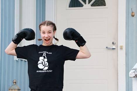 Ella Mutasen nyrkkeilyvarustukseen kuuluvat shortsit, t-paita, nyrkkeilykengät, hanskat, käsisiteet, hammassuojat ja kypärä.