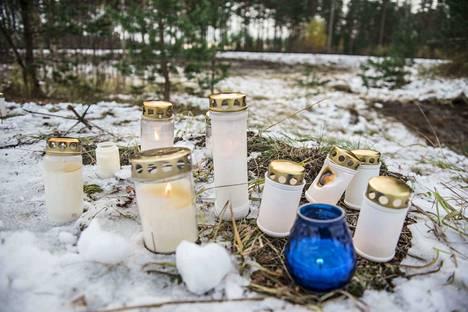 Onnettomuuspaikalle tuotiin lukuisia kynttilöitä uhrien muistoksi.