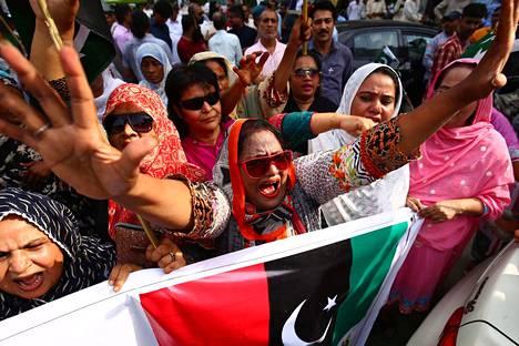 Pakistanilaiset osoittivat mieltään Karachissa tiistaina sen jälkeen kun Intia oli ilmoittanut peruvansa sille kuuluvan Kashmirin osan itsemääräämisoikeuden.