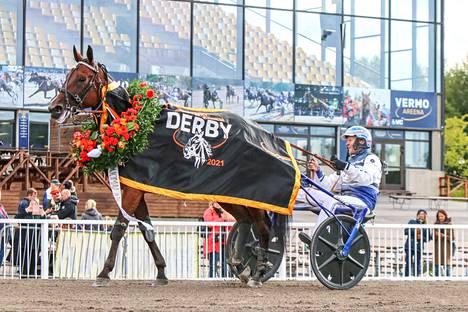 Pekka Korpi on ajoituksen mestari. Se nähtiin taas, kun hän toisena vuonna peräkkäin nappasi 120 000 euron Derbypalkinnon 4-vuotiaalla tammalla. Tällä kertaa se oli Magical Princess.