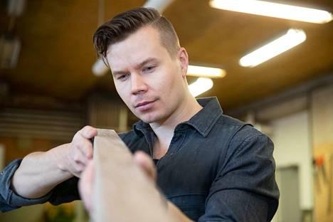 Puusepän työ yhdistelee luovuutta ja käytännön tekemistä. Torsti Mäkinen halusi oman yrityksen, jotta voi toteuttaa omia visioitaan.