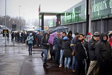 Kauppakeskuksen avajaispäivä ja tarjoukset keräsivät pitkät jonot Seinäjoen Ideaparkin eteen torstai-aamuna.