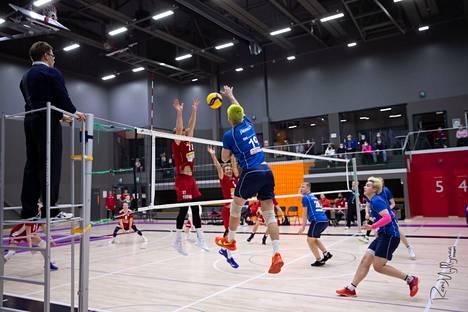 Luja-Lukon Ville Järnvall lyö palloa Pälkäneen komeassa hallissa.