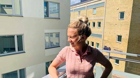 Suomalainen Eevamaria Raudaskoski kertoo elämästä Tukholmassa koronaviruksen aikana. Ruotsin naapurimaita pehmeämpää tapaa suhtautua koronaviruksen leviämiseen on hämmästelty.