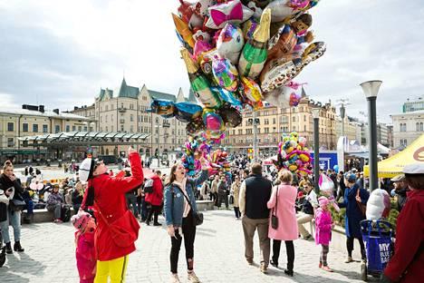 Arkistokuva on otettu Tampereen Keskustorin vappumarkkinoilta viime vuonna. Tänä vappuna samainen tori tulee ammottamaan tyhjyyttään koronaviruksesta johtuvien rajoitteiden takia.