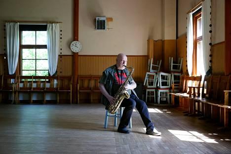 Tauno Wrang soittaa nykyään edelleen jonkin verran, vaikka keikkaelämä on suurimmaksi osaksi jäänyt.