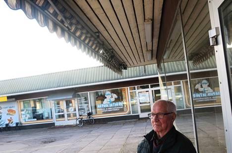 Kokemäkeläinen Jouko Salmi myy Kokemäen liikekeskuksessa sijaitsevaa liikehuoneistoaan, jonka pinta-ala on 365 neliömetriä. Tilassa oli aiemmin Salmen vaatekauppa ja myöhemmin urheiluvälinekauppa Sportia. Myynnissä tila on ollut huhtikuusta 2014 saakka.