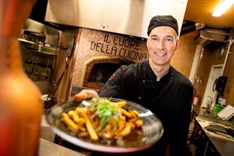 Saisiko olla valkosipulikanaa grillistä? kysyy Rosson keittiömestari Juha Poutanen. Taustalla näkyy Rosson pizzauuni, jossa liekki syttyy joka päivä.