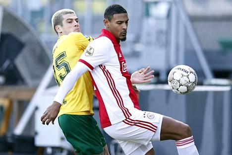 Sebastien Haller (edessä) siirtyi tammikuussa Ajaxiin seuran ennätyssummalla. Nyt Eurooppa-liigan pelit ovat jäämässä väliin kömmähdyksen vuoksi.