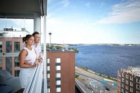 Aki Viitasen ja Elina Kurrosen koti sijaitsee talon ylimmässä kerroksessa. 15 neliömetrin kokoiselta parvekkeelta näkyvät Tampereen tutut maamerkit. Iltaisin taivaanrannassa loimottaa komea auringonlasku. Rakennuksen on suunnitellut Arkkitehtitoimisto Helamaa & Heiskanen.