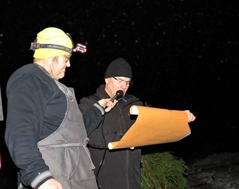 Taneli Puttonen julistaa joulurauhan metsän eläimille Timo Niinimäen avustuksella.