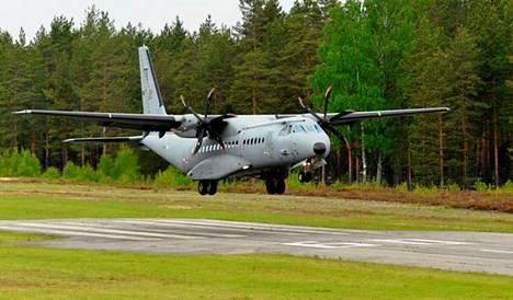 CASA C-295M -kuljetuskone laskeutui Jämin lentopaikalle vuonna 2016. Espanjalaisvalmisteinen, kaksimoottorinen CASA on Ilmavoimien suurin lentokone.