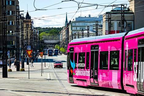 Matkaoikeus sisältyy ottelulippuihin. Niillä voi matkustaa Tampereen seudun busseissa, ratikoissa sekä lähialueen junissa. Ottelulippu käy bussien ja ratikoiden lisäksi myös lähialueen junissa. Matkaoikeus on voimassa lipussa näkyvänä tapahtumapäivänä kaikilla vyöhykkeillä. Kuvassa ratikka kulkee Hämeenkatua pitkin 5. elokuuta 2021.