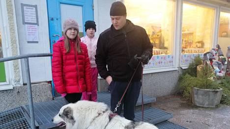 Viitasalon perhe pysähtyi Kierrätyspisteelle kuvattavaksi. Jarkko Viitasalon kanssa ovat tyttäret Ronja ja Jenilla sekä pyreneittenkoira Alma.