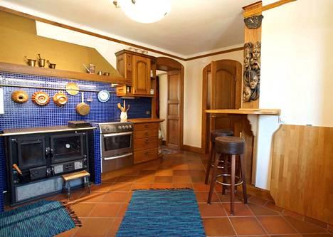 Kodin sisällä on rustiikkinen tunnelma puuelementteineen.