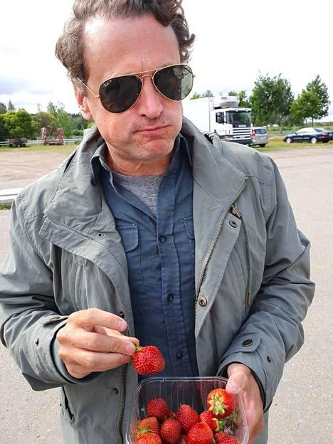 David Moscow ahmi pälkäneläisiä mansikoita ja lupasi tulla Suomeen joskus lomalle.