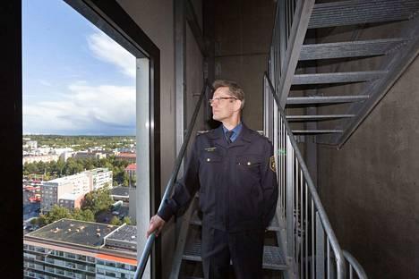 Luminaryyn pääsee keskuspaloasemalta nopeasti, mutta Tampereen monet rakennustyömaat hidastavat paloautojen hälytysajoa jonkin verran keskustassa, kertoo palotarkastusinsinööri Tapio Stén. Stén on kuvassa Luminaryn 20. kerroksen paloportailla.