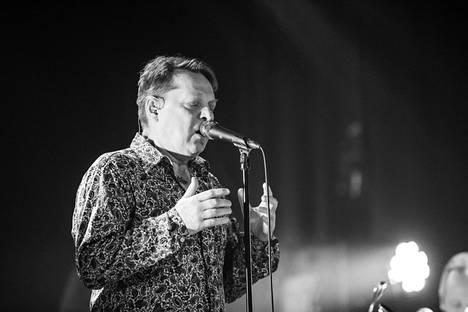 Heikki Salo esitti suorassa lähetyksessä laulunsa Lapsuuden sankarille Juri Gagarinin muistoksi.