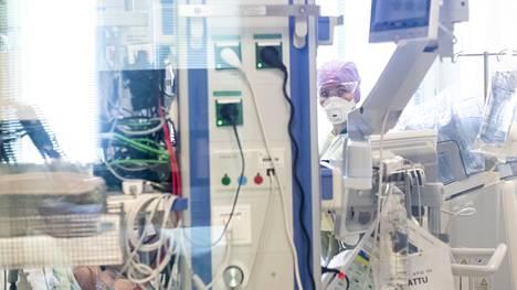 Uusia Covid-19-tehohoitojaksoja on epidemian aikana alkanut eniten viikolla 15 eli huhtikuussa viime vuonna. Eniten tehohoitopotilaita on ollut ja on edelleen Helsingin ja Uudenmaan sairaanhoitopiirissä.
