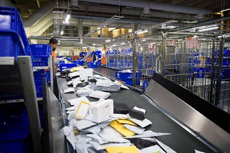 Yleispalveluun sisältyvää kirjepostin osuus Postin lähetyksistä on tällä hetkellä enää vain noin kolme prosenttia. Koronakriisi ja myös loppuvuoden työmarkkinakiista ovat vauhdittaneet kirjepostin alamäkeä. Tällä yhdistelmällä postia jaettiin keskiviikkona Helsingin Käpylässä.
