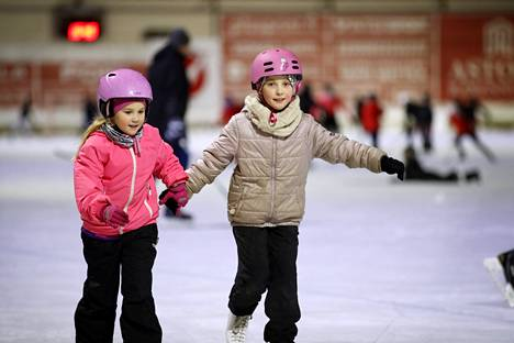 Porilaiset serkukset Hilma Lunden (7) ja Julia Laurila (9) olivat Porin tekojääradan yleisövuorolla luistelemassa joulukuun alussa.