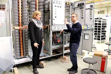 Promecon toimitusjohtaja Marica Kilponen ja tehtaanjohtaja Pasi Vanhatalo esittelevät Pansian tehtaan tuotoksia. Kaksikon mukaan osaava työvoima on kiven alla. Molemmat korostavat yhteistyötä paikallisten oppilaitosten kesken.
