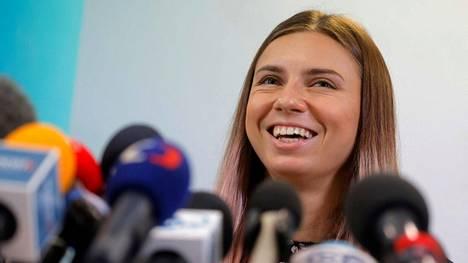 Krystsina Tsimanouskaja piti torstaina lehdistötilaisuuden Varsovassa. Hän kertoi olevansa onnellinen siitä, että on turvassa.