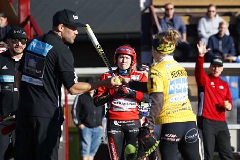 Pesäkarhujen pelinjohtaja Sami Österlund pyysi Tahkon lukkarilta Anni Heikkilältä pallon, kun Fanny Lahtinen (kesk.) oli lyönyt uransa ensimmäisen juoksun.