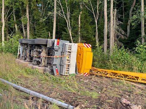 Reposaaren maantieltä ojanpenkkaan suistunut nosturi vaurioitui pahasti.
