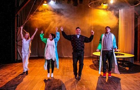 Rakastajat-teatterin uutuudessa nähdään myös näyttäviä tanssinumeroita. Kuvan vauhdissa mukana ovat Outi Vuoriranta, Yasmin Ahsanullah, Kai Tanner ja Henrik Hammarberg.