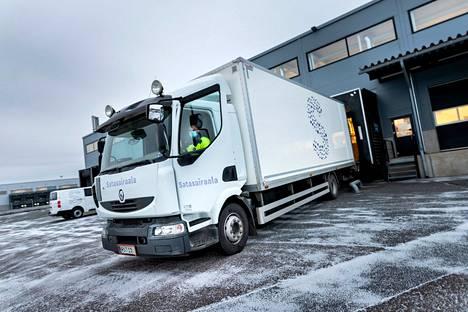 Logistiikan autot tunnistaa liikenteessä isosta S-kirjaimesta. Matkamittareihin kertyy vuodessa reippaat 900000 kilometriä.
