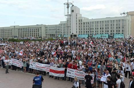 Perjantaina Valko-Venäjän mielenosoitukset ovat olleet sunnuntain vilpillisenä pidettyjen vaalien jälkeen suurimmat. Kaduilla on ollut perjantaina useissa kaupungeissa kymmeniä tuhansia ihmisiä.