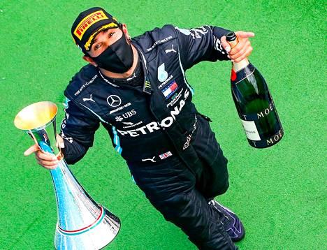Lewis Hamilton oli voitokas Unkarissa.
