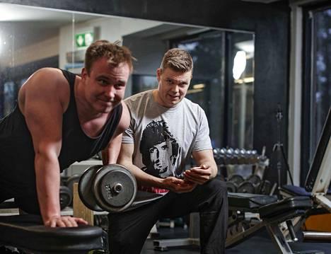 Kovatehoisen treenin välissä täytyy malttaa pitää lepopäiviä, Timo Haikarainen (oik.) muistuttaa. Mikko Pakkanen treenasi Fit Gym -kuntosalilla Jyväskylässä.