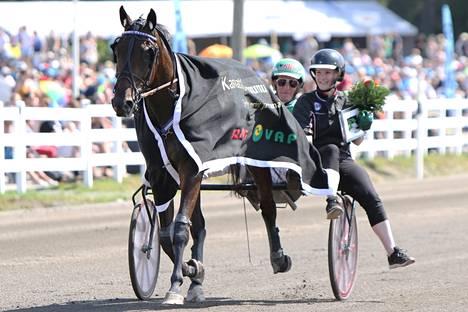 Petra Huhtin kasvattama Sahara Peyote on toistaiseksi paras Unikon varsoista. Ylsihän se 45 000 euron arvoiseen Kymenlaaksoajon voittoon vuonna 2019 ja myös Derbykarsinnan ykköseksi.