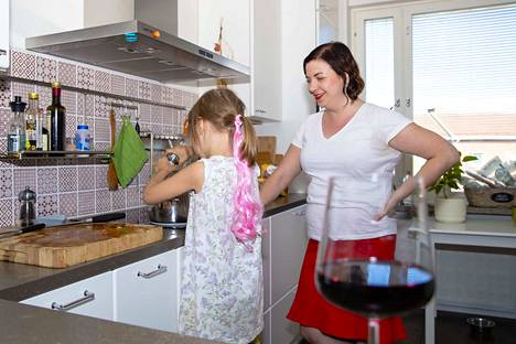 Alkoholi on ruoasta ja viinistä kirjoittavan bloggaajan Janica Branderin työtä, mutta kotipiirissä Selja-tyttären nähden alkoholi liittyy vain syömiseen ja juhlahetkiin.