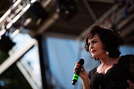 Paula Koivuniemi on levyttänyt useita Dusty Springfieldin tunnetuksi tekemiä kappaleita suomeksi.