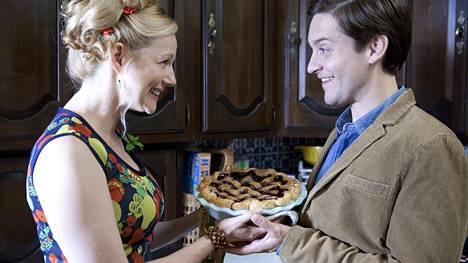 Laura Linney ja Tobey Maguire mustahkossa komediassa The Details, jossa takapihan vallanneet pesukarhut käynnistävät syöksykierteen.