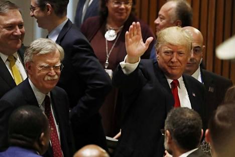 Donald Trump ja John Bolton olivat vielä yhtä hymyä elokuussa 2018.