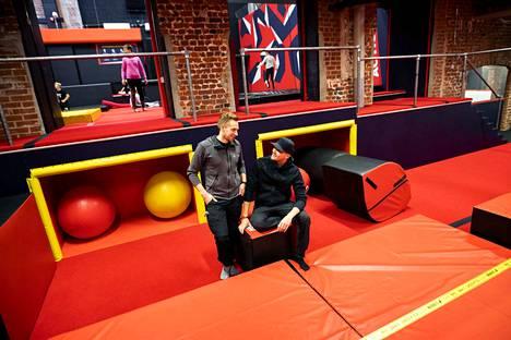 Ultra Action Parkin suurin houkutin lienee taustalla näkyvä trampoliiniosasto, arvelevat yrittäjäveljekset Ekku ja Tino Lehtonen.