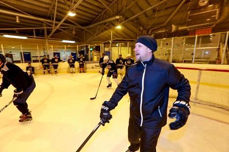 """Kari """"Kapa"""" Miettinen on tehnyt pitkään töitä juniorien taitovalmennuksen parissa."""