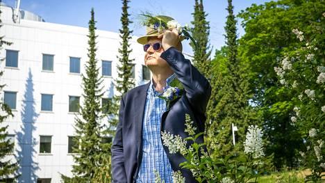Kukkaispormestarin arvonimen saanut Särkänniemen toimitusjohtaja Miikka Seppälä kuvattiin entisen opinahjonsa Tampereen yliopiston pihalla. Seppälä on koulutukseltaan kauppatieteiden maisteri, mutta hän on opiskellut myös yleistä historiaa.