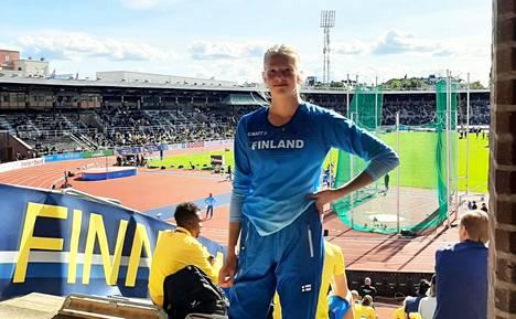 Kisailijoiden Tuuli Järvinen urakoi tyttöjen maaottelussa kahdessa eri lajissa korkeushypyssä ja seiväshypyssä.