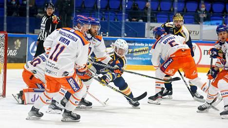 Mikkelin Jukurien konkari Jarkko Immonen väänsi Tappara-pelaajien kanssa, taustalta Petrus Palmu pääsi laukomaan 2–1:een.
